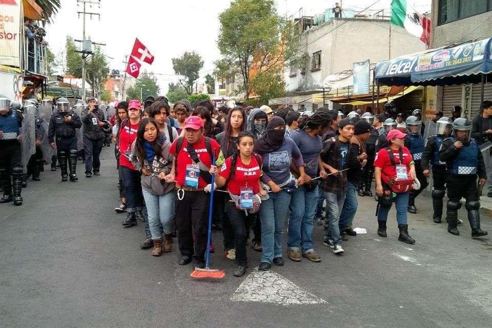 El grupo, integrado por al menos un centenar de jóvenes, es escoltado por alrededor de 400 uniformados. Foto: Reforma/Benito Jiménez