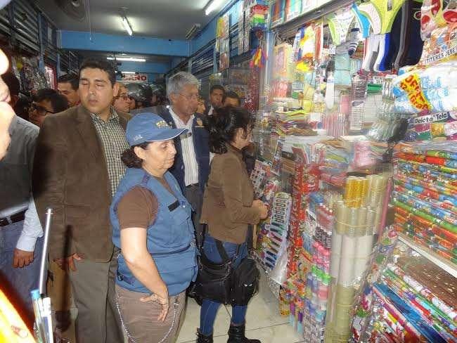 Los pasillos abarrotados de mercadería son un peligro para los compradores y vendedores en caso de un incendio o sismo. Foto: Municipalidad de Lima