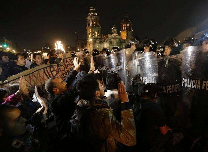 Manifestantes se enfrentan a la policía antidisturbios durante una protesta en apoyo a los 43 estudiantes desaparecidos en Ciudad de México, 20 noviembre, 2014. Grupos de manifestantes chocaron el jueves con policías antidisturbios en el histórico centro de Ciudad de México, al final de una marcha masiva para protestar por la desaparición de 43 estudiantes que ha causado indignación en un país golpeado por la violencia del narcotráfico. Foto: Henry Romero/Reuters
