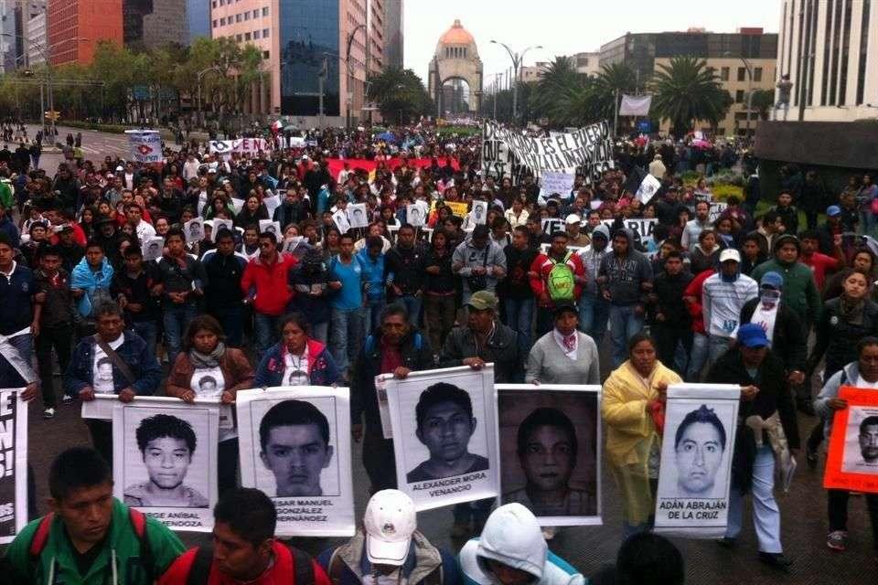 El primer contingente de los tres que marchan al Zócalo para exigir la aparición de los 43 normalistas desaparecidos partió del Monumento a la Revolución. Foto: Reforma/Arcelia Maya
