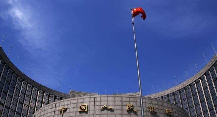 Bandeira chinesa hasteada em frente à sede do banco central da China, em Pequim. 16/05/2014. Foto: Petar Kujundzic/Reuters