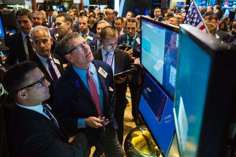 Una serie de operadores en la bolsa de Wall Street en Nueva York, nov 18 2014. Las acciones estadounidenses subían el viernes y se dirigían a una quinta semana consecutiva de ganancias, luego de que el banco central de China recortara su tasa de interés de referencia y de que su par de la zona euro sugiriera que comprará más activos para apuntalar la economía de la región. Foto: Lucas Jackson/Reuters