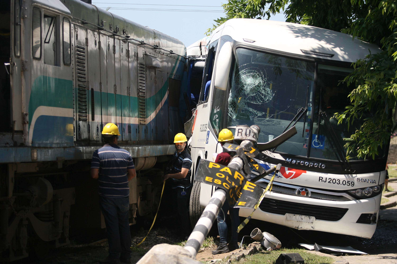 Ônibus bateu em trem na manhã desta sexta-feira Foto: Jadson Marques/Futura Press