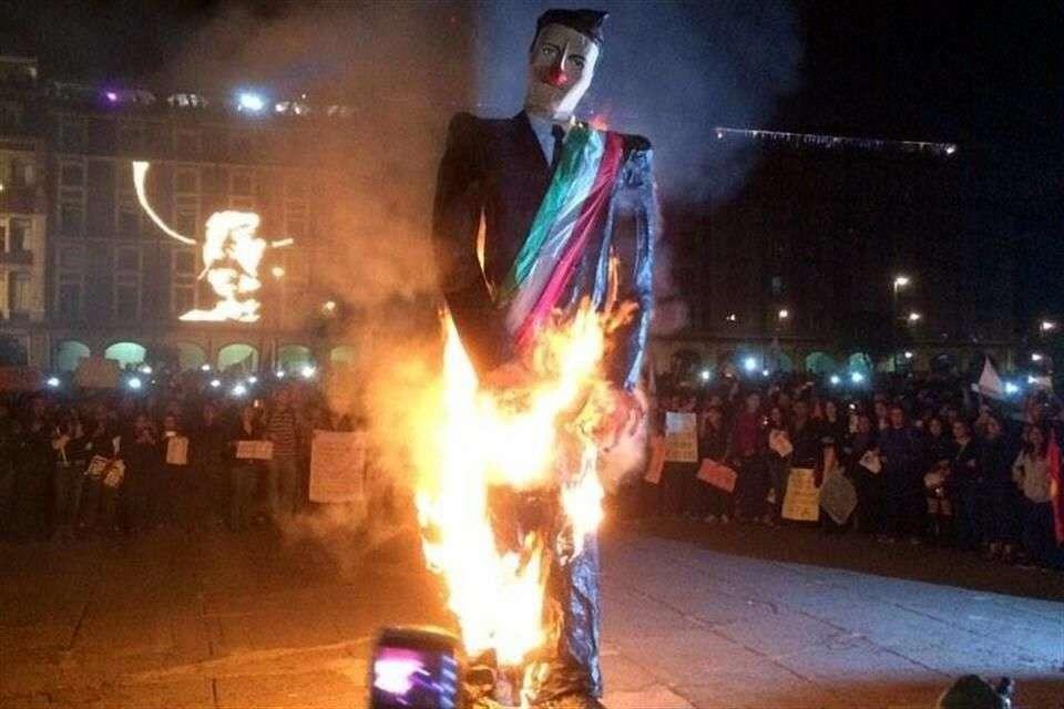 La multitud en el Zócalo vitoreó la quema del muñeco alusivo al presidente Enrique Peña Nieto Foto: Twitter/@YoSoy132SC