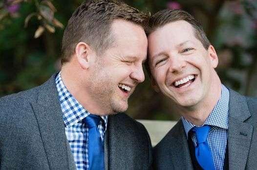 Sean Hayes e Sott Icenogle durante a cerimônia de casamento Foto: Facebook / Reprodução