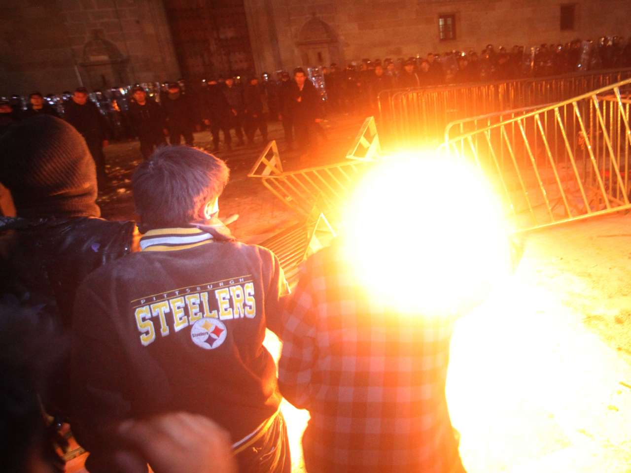 Enfrentamiento y violencia en el Zócalo tras marcha #20NovMX Foto: Terra