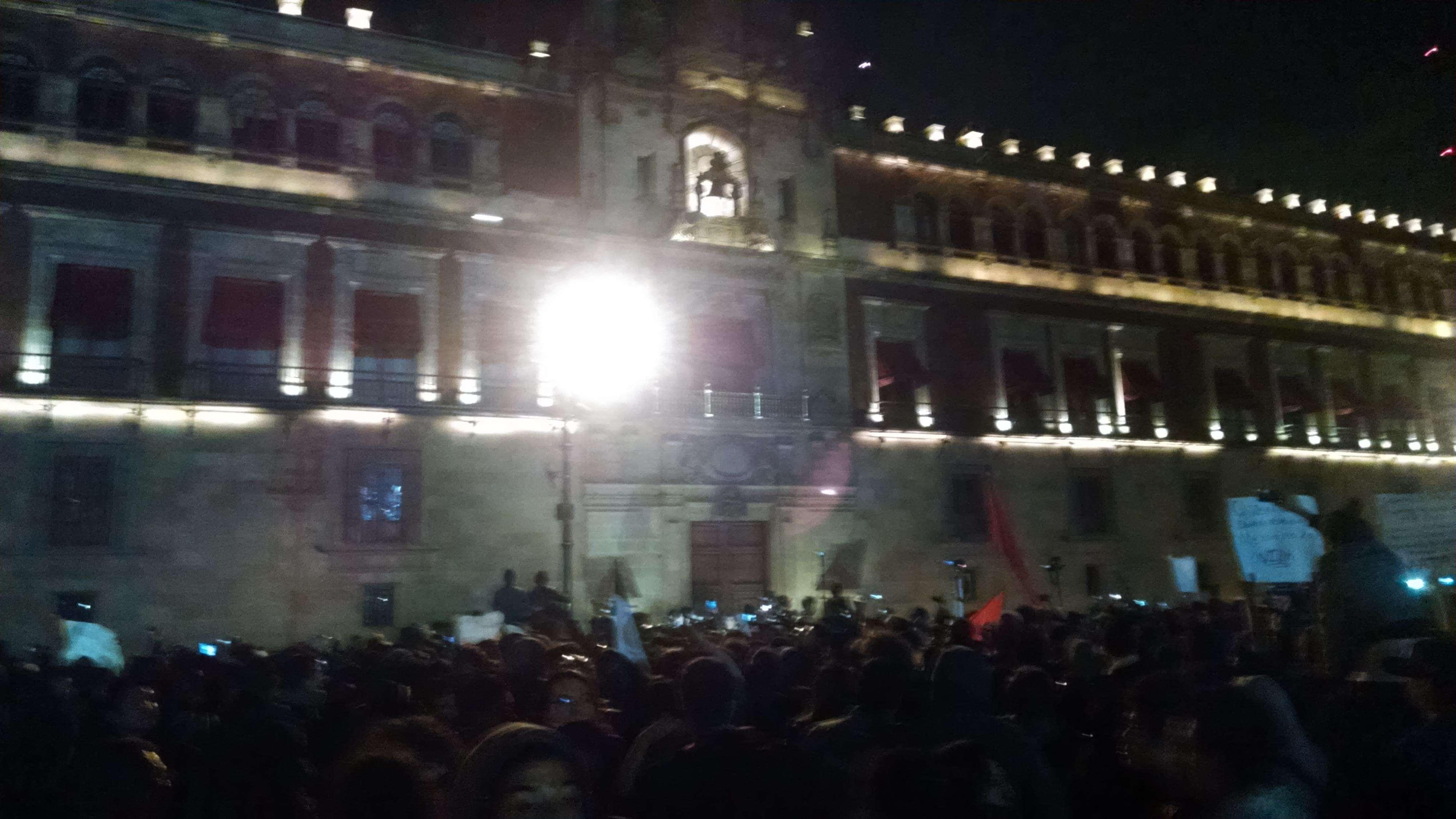 Los encapuchados lanzaron cohetones a Palacio Nacional antes del enfrentamiento con granaderos de la Policía Federal. Foto: Terra/Juan Solís