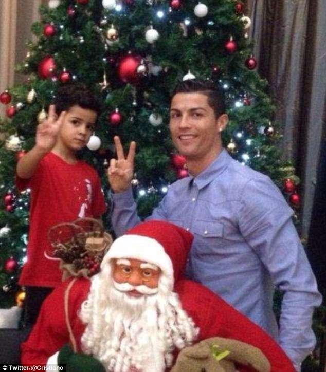 Ronaldo posa junto a su hijo y Santa Foto: Twitter