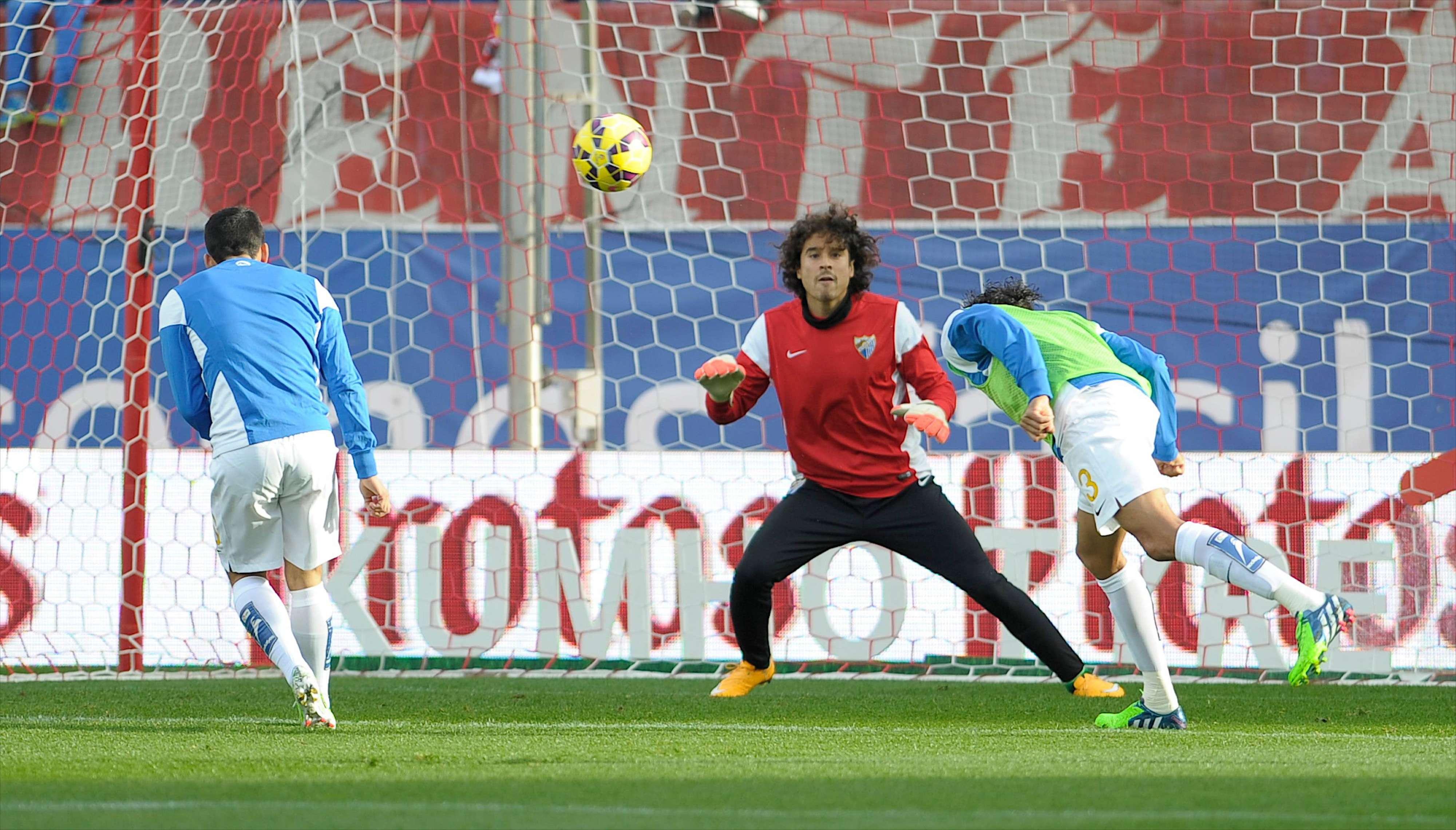 Raúl Jiménez al menos tuvo unos minutos en el triunfo de Atlético de Madrid sobre Málaga, en tanto que Memo Ochoa fue un espectador más desde la banca Foto: Mexsport