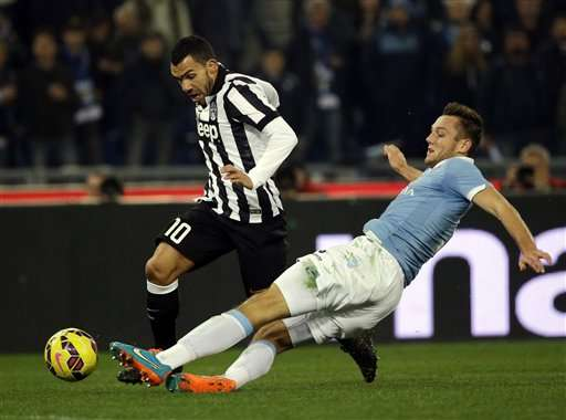 Lazio's Stefan De Vrij, right, and Juventus' Carlos Tevez vie for the ball during their Serie A soccer match between Lazio and Juventus at Rome's Olympic Stadium, Saturday, Nov. 22, 2014. (AP Photo/Gregorio Borgia) Foto: AP en español