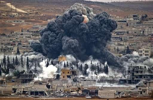 La coalición liderada por Estados Unidos empezó a atacar al grupo Estado Islámico a finales de septiembre en Siria, luego dirigió los ataques también sobre Irak. Foto: AP en español