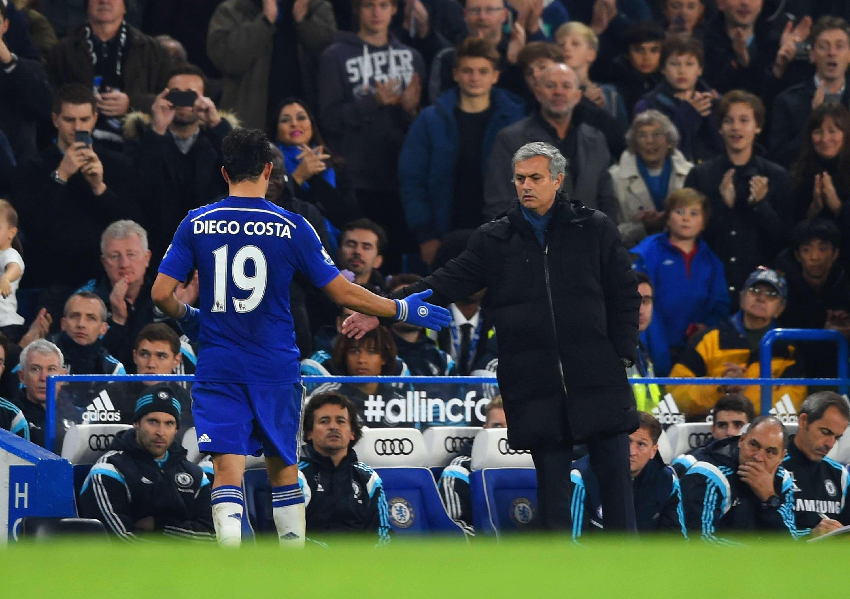 Diego Costa e Mourinho se cumprimentam em vitória do Chelsea Foto: Paul Gilham/Getty Images