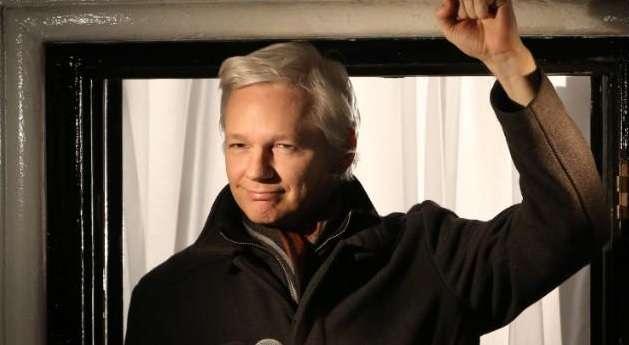 """O ministro de Relações Exteriores do Equador, Ricardo Patiño, reafirmou a """"vigência plena"""" do asilo concedido ao fundador do site Wikileaks Foto: Twitter"""