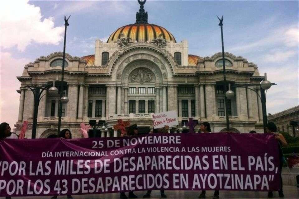 El grupo lleva a cabo una protesta en la explanada de Bellas Artes Foto: Reforma