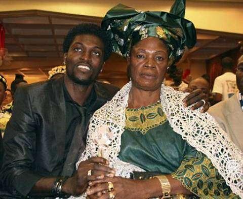 Adebayor, con su mamá. Foto: Especial