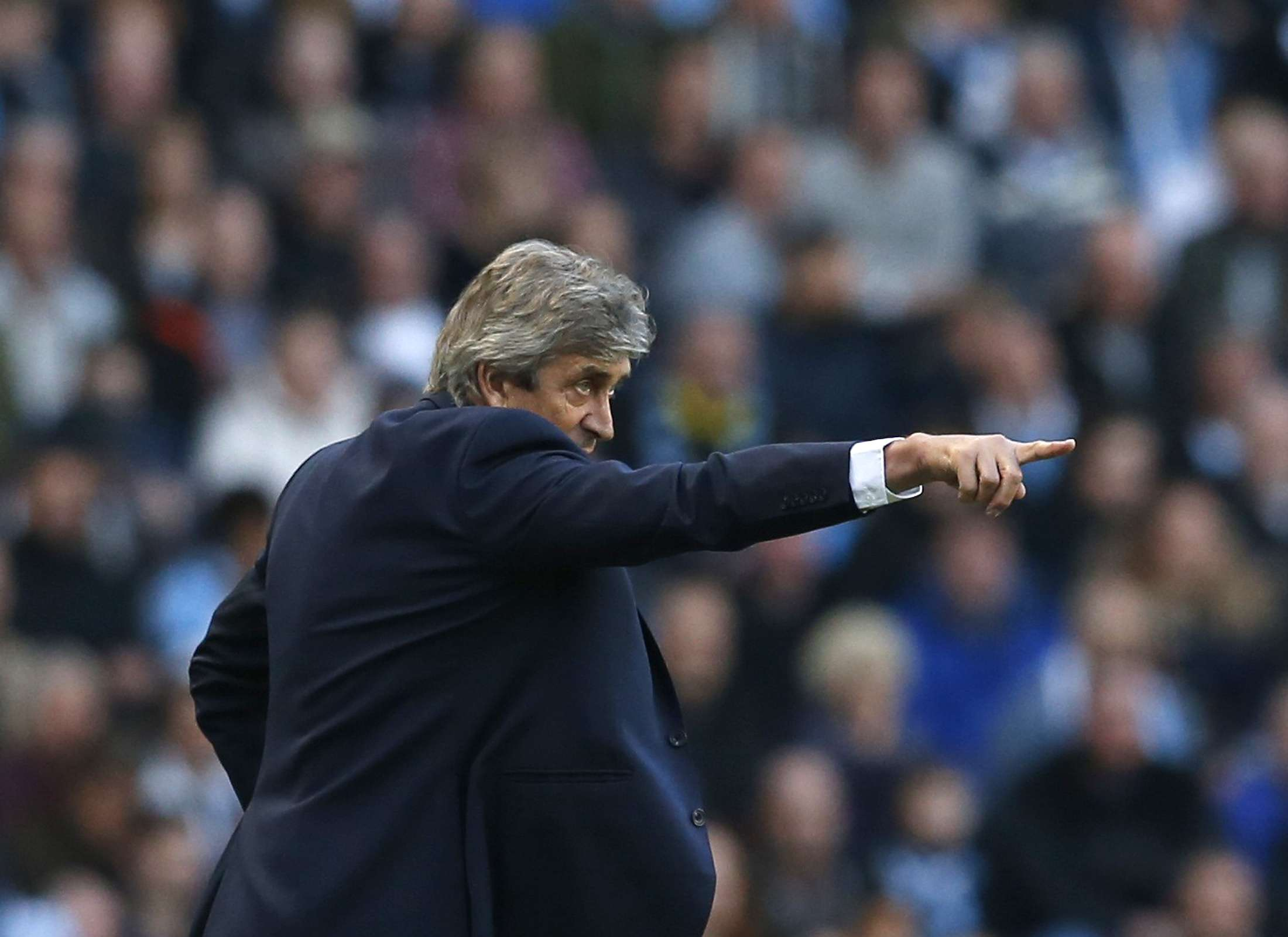 Manchester City manager Manuel Pellegrini gestures during their English Premier League soccer match against Swansea City at the Etihad stadium in Manchester, northern England November 22, 2014. REUTERS/Phil Noble (BRITAIN - Tags: SOCCER SPORT) FOR EDITORIAL USE ONLY. NOT FOR SALE FOR MARKETING OR ADVERTISING CAMPAIGNS. EDITORIAL USE ONLY. NO USE WITH UNAUTHORIZED AUDIO, VIDEO, DATA, FIXTURE LISTS, CLUB/LEAGUE LOGOS OR 'LIVE' SERVICES. ONLINE IN-MATCH USE LIMITED TO 45 IMAGES, NO VIDEO EMULATION. NO USE IN BETTING, GAMES OR SINGLE CLUB/LEAGUE/PLAYER PUBLICATIONS. Foto: PHIL NOBLE/REUTERS