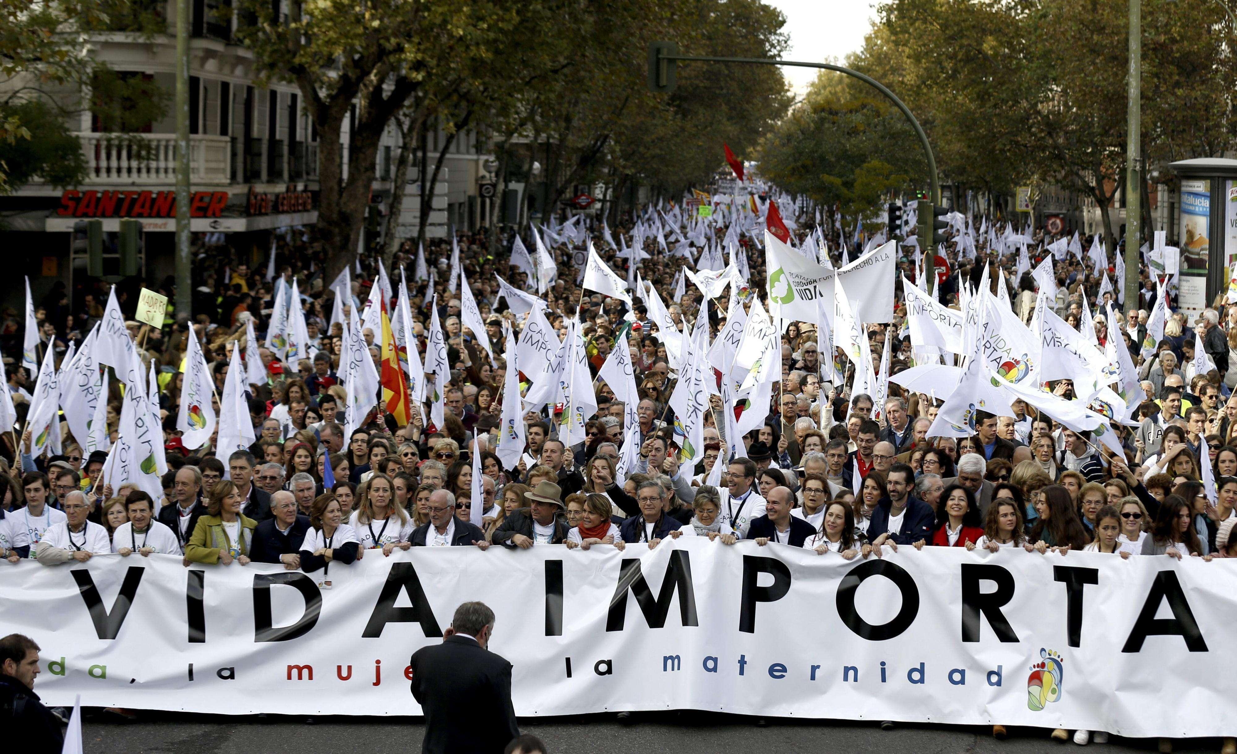 Cabeza de la manifestación celebrada hoy en Madrid, convocada por medio centenar de asociaciones provida para expresar el compromiso ciudadano con los derechos del no nacido y en contra de que el Gobierno haya retirado la reforma de la actual ley del aborto. Foto: EFE en español