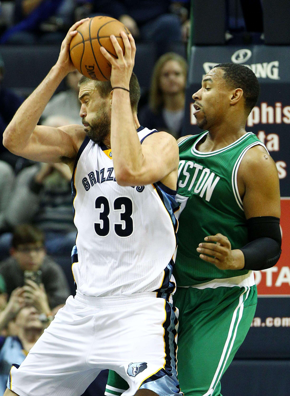 Marc Gasol (i) de Memphis Grizzlies disputa el balón con Jared Sullinger (d) de Boston Celtics. Foto: EFE en español