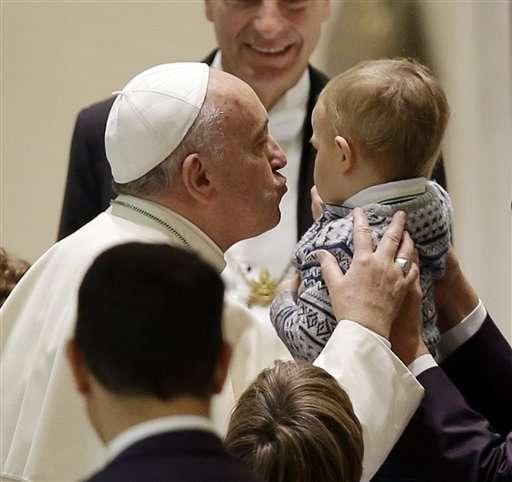 El papa circuló en el auditorio, abrazando a niños y adolescentes, algunos de ellos parecían evitar la mirada del pontífice. Foto: AP en español