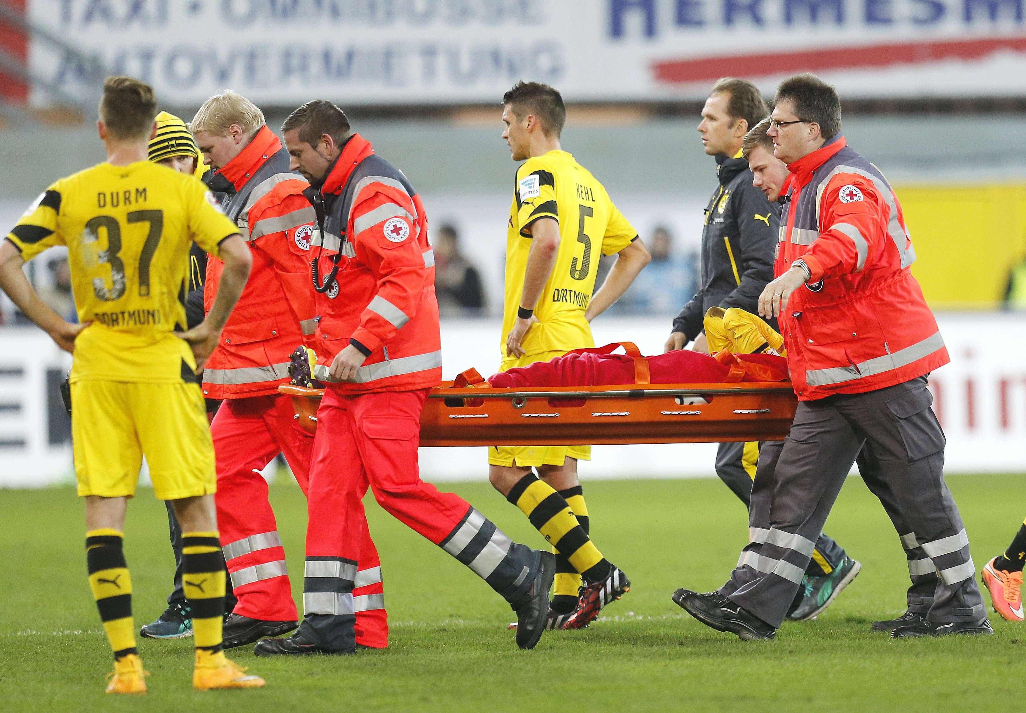 Estrela do Dortmund, Marco Reus saiu novamente machucado após torcer o tornozelo Foto: Michael Probst/AP