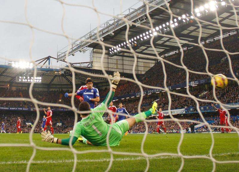 Chelsea's Diego Costa (C) scores a goal during their English Premier League soccer match against West Bromwich Albion at Stamford Bridge in London November 22, 2014. Foto: Suzanne Plunkett/Reuters