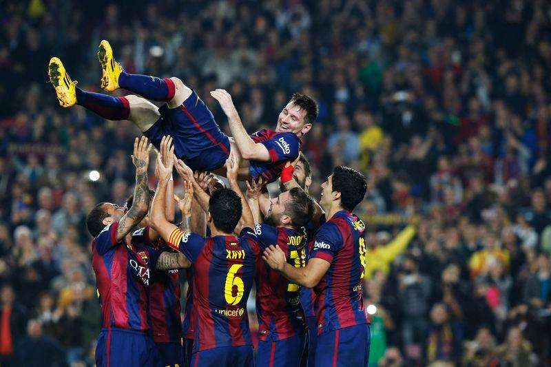 Barcelona's Lionel Messi celebrates his goal with teammates during their Spanish first division soccer match against Sevilla at Nou Camp stadium in Barcelona November 22, 2014. Foto: Gustau Nacarino/Reuters