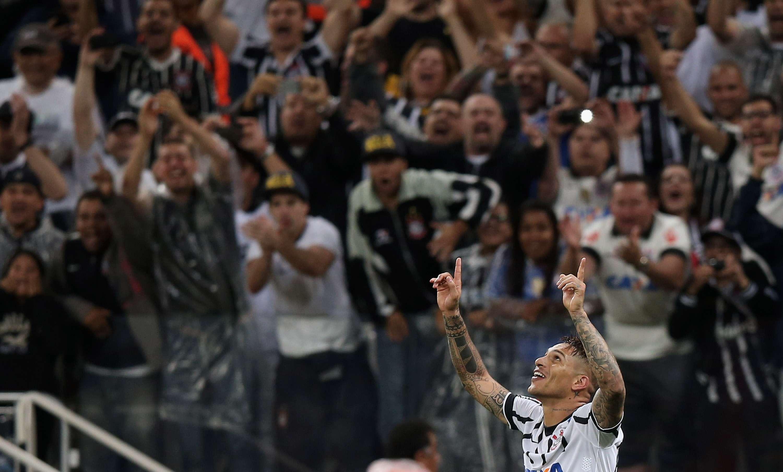 Guerrero foi comemorar gol com torcida, que levou mais de 36 mil pessoas à Arena Foto: Friedemann Vogel/Getty Images