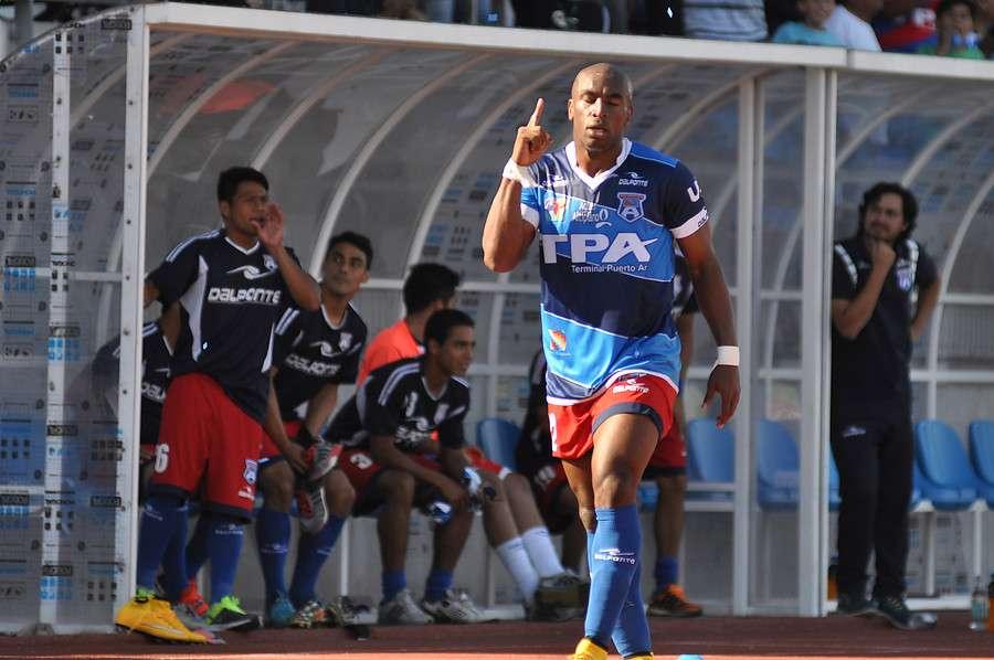 El partido fue suspendido a los 70 minutos debido a que la barra de Iquique insultó con racismo a Emilio Rentería de Arica, mismo jugador que también sufrió lo mismo en Rancagua hace unas semanas atrás. Foto: Agencia UNO