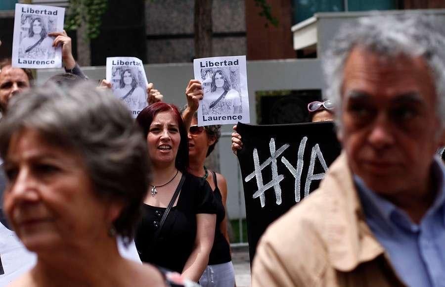 Decenas de personas se manifestaron pidiendo la liberación del estudiante chileno Laurence Maxwell que fue detenido injustamente en México en medio de las protestas por los 43 normalistas asesinados. Foto: Agencia UNO