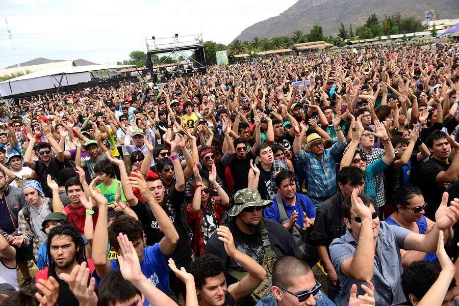 Miles de personas llegaron desde temprano a Espacio Broadway para disfrutar del evento que llama a tener conciencia e informar sobre la marihuana y que en la música tuvo a bandas como Quilapayún, The Wailers, Aguaturbia, Sol y Lluvia y Los Jaivas. Para el cierre se esperaba el show de Deep Purple. Foto: Agencia UNO