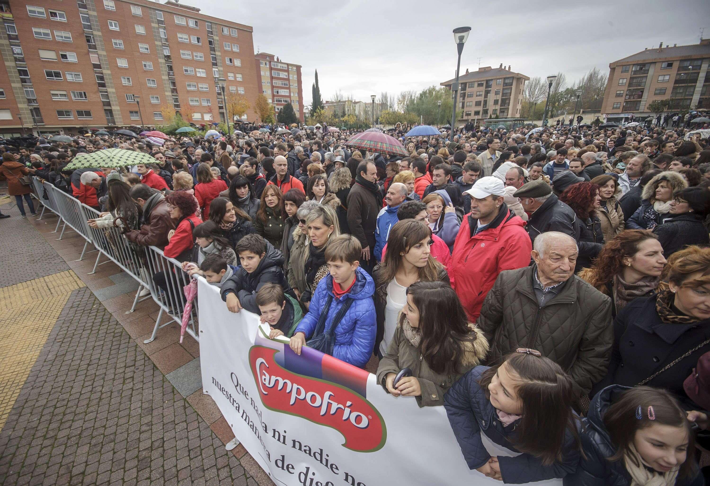 Momento de la concentración que el comité de empresa de Campofrío ha convocado en apoyo a este grupo empresarial y los trabajadores de la planta incendiada en el lugar donde estuvieron las primeras instalaciones de la compañía cárnica en Burgos, en el barrio de Gamonal. Foto: EFE en español