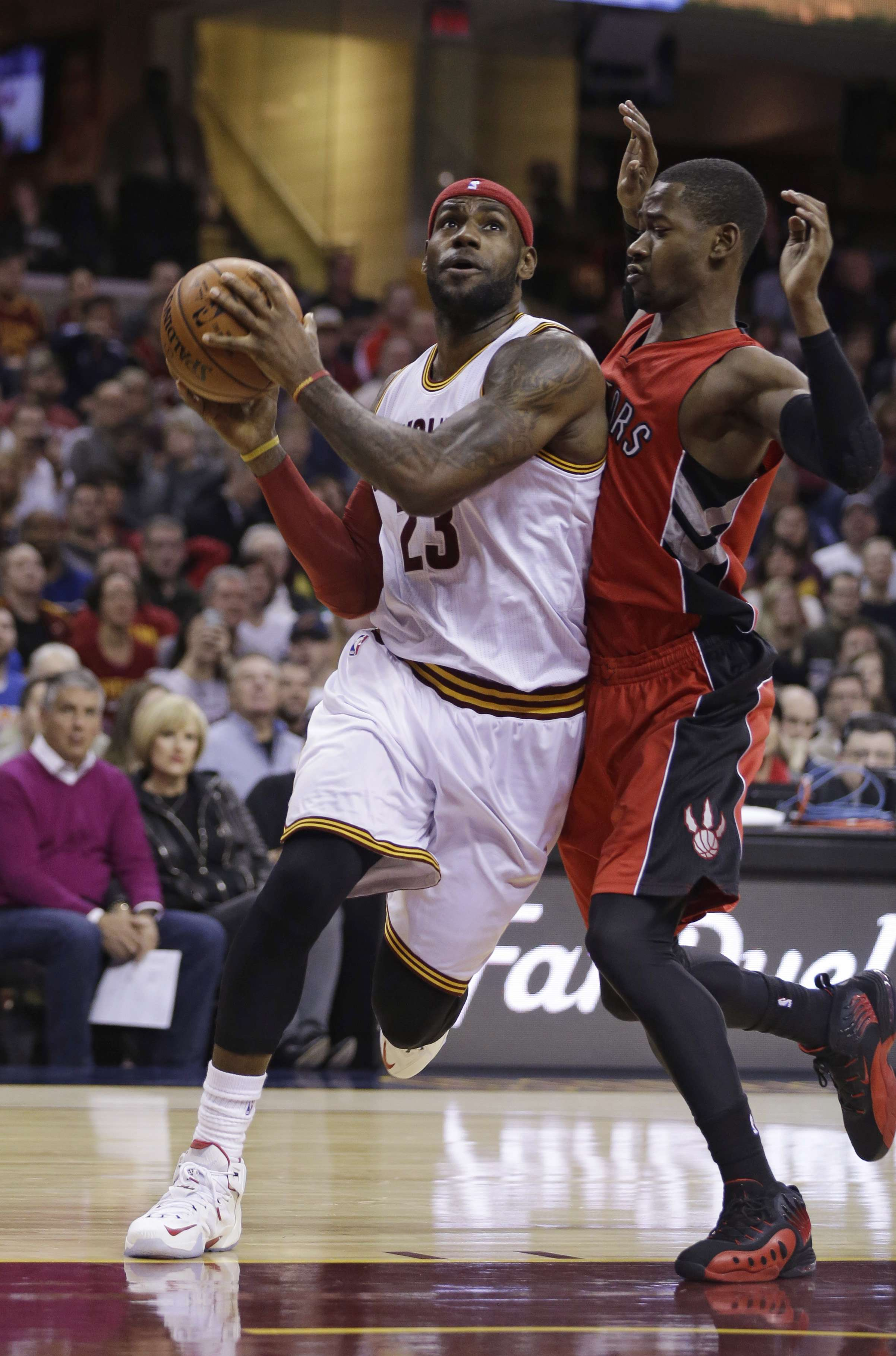 James sigue sin poder brillar en su regreso a Cleveland. Foto: AP