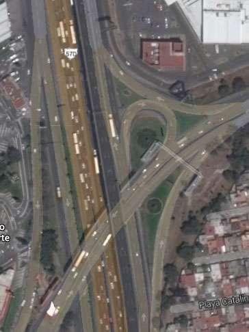 Elementos de la Policía Federal acordonaron dos de los tres carriles centrales de la autopista, mientras peritos retiraban el cuerpo para trasladarlo al Servicio Médico Forense en Cuautitlán Izcalli. Foto: Google Maps