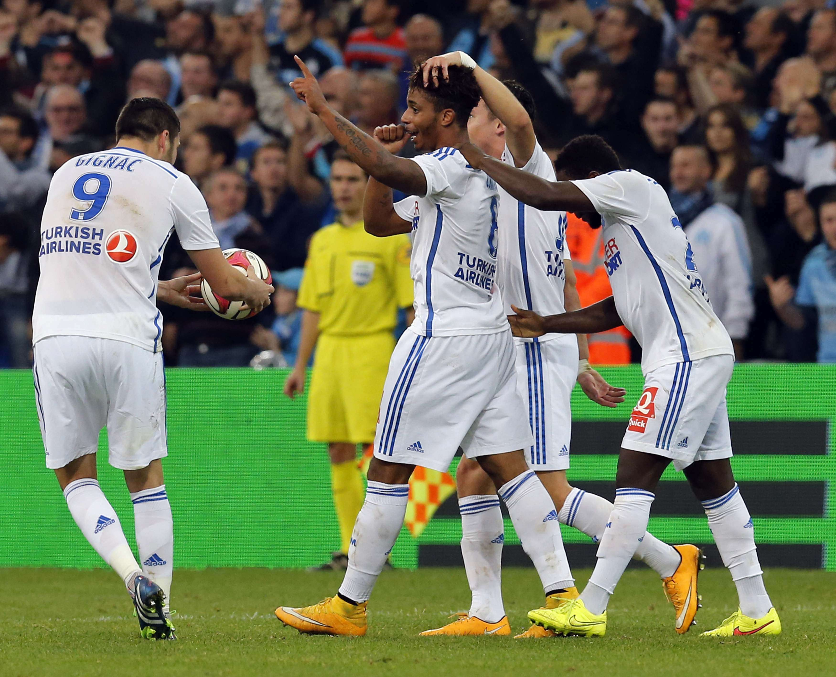 Olympique Marseille's Mario Lemina (C) celebrates with teammates after scoring against Girondins Bordeaux during their French Ligue 1 soccer match at the Velodrome stadium in Marseille, November 23, 2014. REUTERS/Jean-Paul Pelissier (FRANCE - Tags: SPORT SOCCER) Foto: JEAN-PAUL PELISSIER/REUTERS