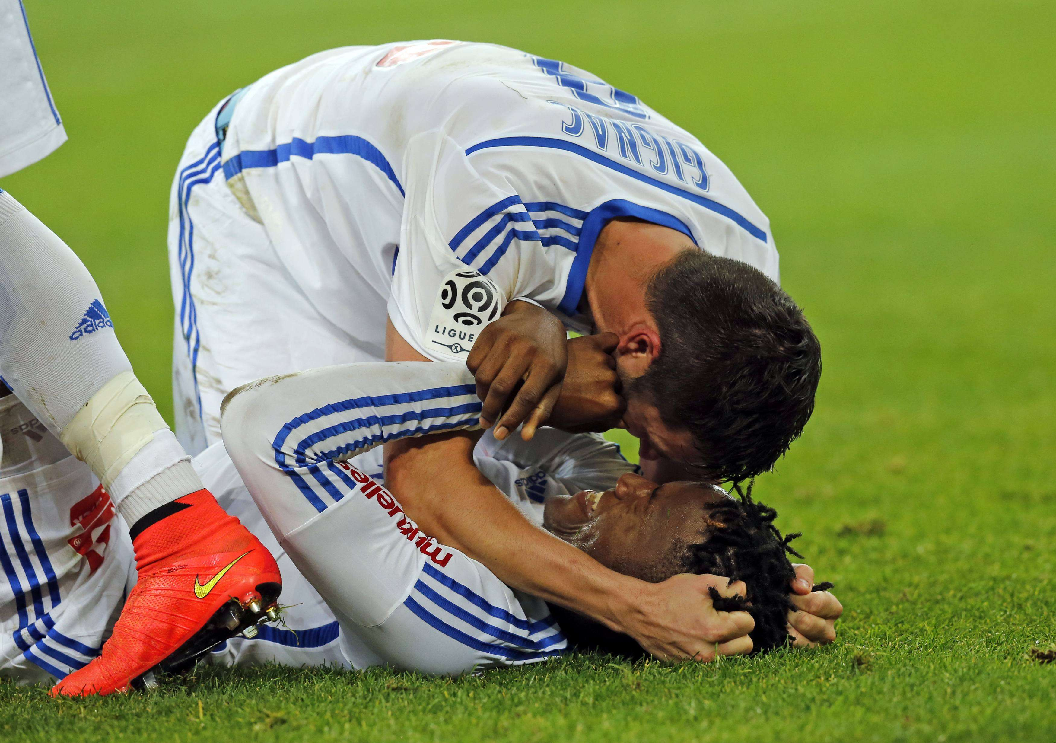 Olympique Marseille's Michy Batshuayi (on the ground) celebrates with teammate Andre-Pierre Gignac after scoring against Girondins Bordeaux during their French Ligue 1 soccer match at the Velodrome stadium in Marseille, November 23, 2014. REUTERS/Jean-Paul Pelissier (FRANCE - Tags: SPORT SOCCER) Foto: JEAN-PAUL PELISSIER/REUTERS