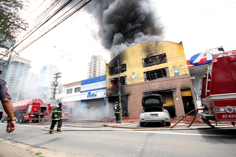 Chamas destruíram a loja de sapatos Foto: Paulo Lopes/Futura Press