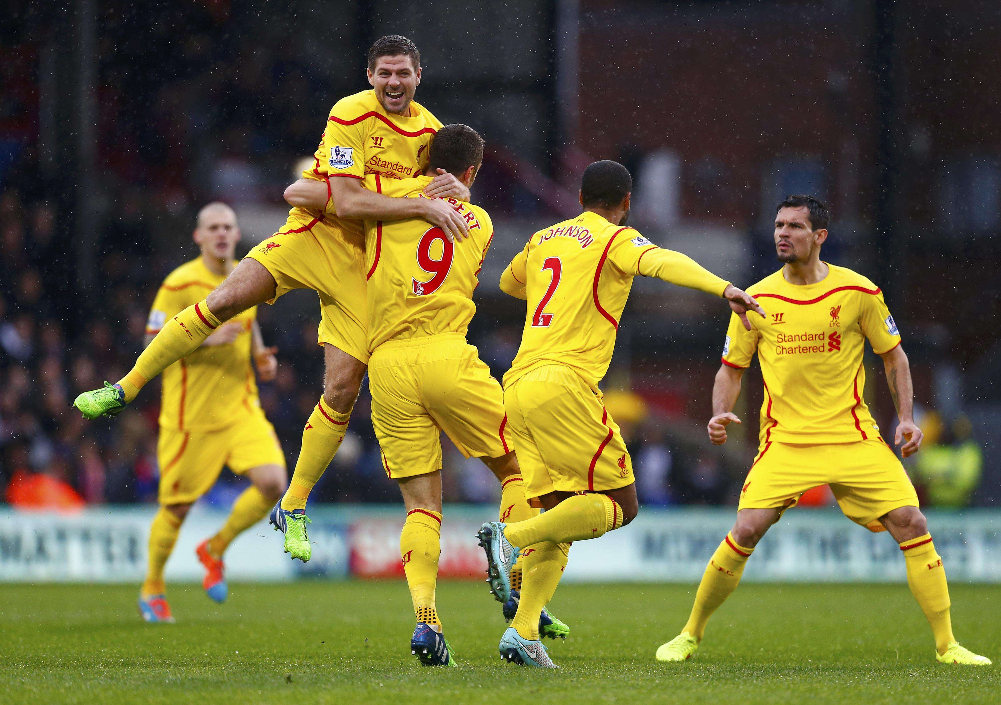 Liverpool's Steven Gerrard (2nd L) celebrates with team-mate Rickie Lambert (C) after Lambert scored a goal against Crystal Palace during their English Premier League soccer match at Selhurst Park in London November 23, 2014. REUTERS/Eddie Keogh (BRITAIN - Tags: SOCCER SPORT TPX IMAGES OF THE DAY) FOR EDITORIAL USE ONLY. NOT FOR SALE FOR MARKETING OR ADVERTISING CAMPAIGNS. EDITORIAL USE ONLY. NO USE WITH UNAUTHORIZED AUDIO, VIDEO, DATA, FIXTURE LISTS, CLUB/LEAGUE LOGOS OR 'LIVE' SERVICES. ONLINE IN-MATCH USE LIMITED TO 45 IMAGES, NO VIDEO EMULATION. NO USE IN BETTING, GAMES OR SINGLE CLUB/LEAGUE/PLAYER PUBLICATIONS. Foto: EDDIE KEOGH/REUTERS
