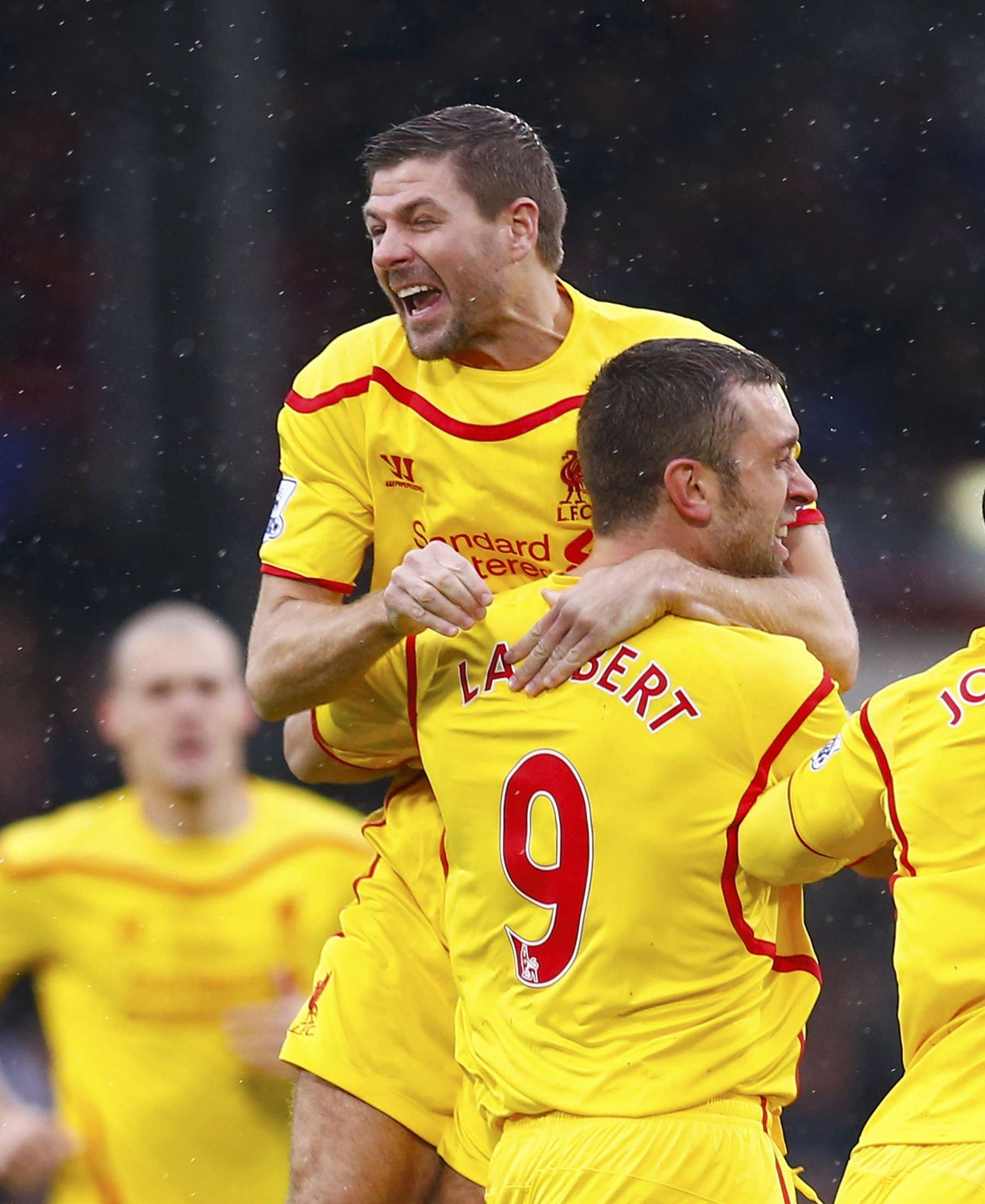 Liverpool's Steven Gerrard (REAR) celebrates with team-mate Rickie Lambert after Lambert scored a goal against Crystal Palace during their English Premier League soccer match at Selhurst Park in London November 23, 2014. REUTERS/Eddie Keogh (BRITAIN - Tags: SOCCER SPORT) FOR EDITORIAL USE ONLY. NOT FOR SALE FOR MARKETING OR ADVERTISING CAMPAIGNS. EDITORIAL USE ONLY. NO USE WITH UNAUTHORIZED AUDIO, VIDEO, DATA, FIXTURE LISTS, CLUB/LEAGUE LOGOS OR 'LIVE' SERVICES. ONLINE IN-MATCH USE LIMITED TO 45 IMAGES, NO VIDEO EMULATION. NO USE IN BETTING, GAMES OR SINGLE CLUB/LEAGUE/PLAYER PUBLICATIONS. Foto: EDDIE KEOGH/REUTERS