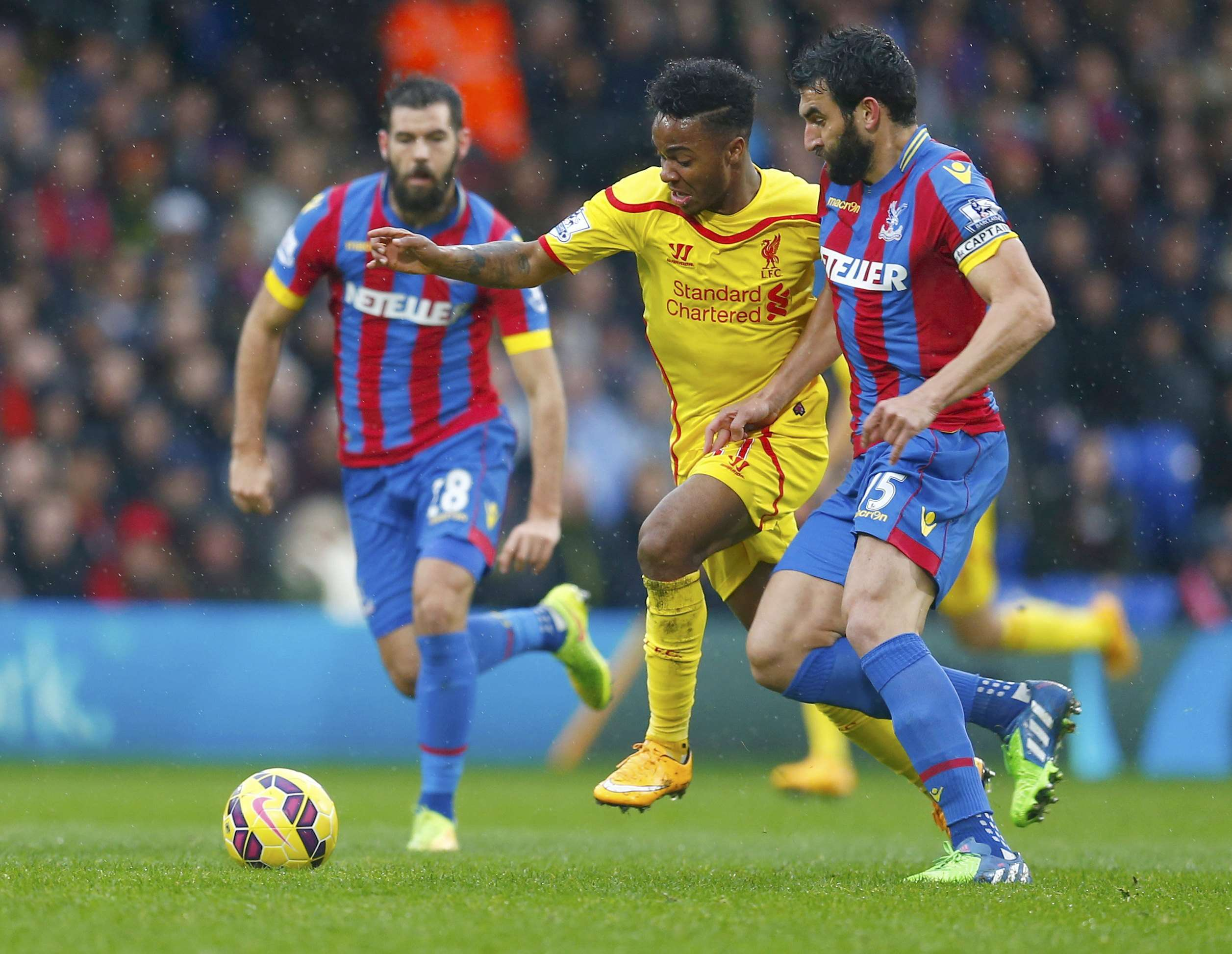 Liverpool's Raheem Sterling (C) is challenged by Crystal Palace's Mile Jedinak (R) during their English Premier League soccer match at Selhurst Park in London November 23, 2014. REUTERS/Eddie Keogh (BRITAIN - Tags: SOCCER SPORT) FOR EDITORIAL USE ONLY. NOT FOR SALE FOR MARKETING OR ADVERTISING CAMPAIGNS. EDITORIAL USE ONLY. NO USE WITH UNAUTHORIZED AUDIO, VIDEO, DATA, FIXTURE LISTS, CLUB/LEAGUE LOGOS OR 'LIVE' SERVICES. ONLINE IN-MATCH USE LIMITED TO 45 IMAGES, NO VIDEO EMULATION. NO USE IN BETTING, GAMES OR SINGLE CLUB/LEAGUE/PLAYER PUBLICATIONS. Foto: EDDIE KEOGH/REUTERS