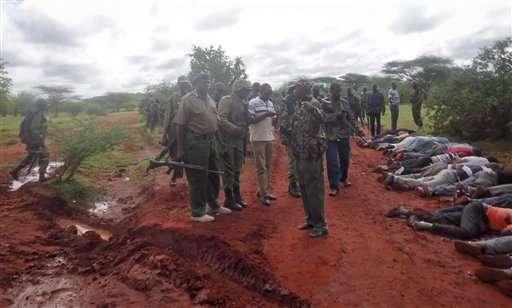 Policías kenianos inspeccionan el sitio donde extremistas atacaron un autobús y mataron a 28 pasajeros al ser identificados como no musulmanes. Foto: AP en español