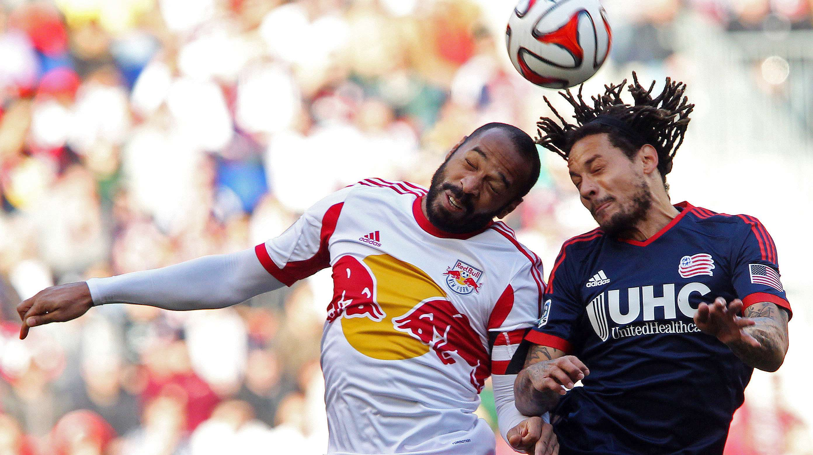 Nov 23, 2014; Harrison, NJ, USA; New York Red Bulls forward Thierry Henry (14) and New England Revolution midfielder Jermaine Jones (13) attempt to head the ball during the first half of the Eastern Conference Championship at Red Bull Arena. Mandatory Credit: Noah K. Murray-USA TODAY Sports Foto: Noah K. Murray/USA Today Sports