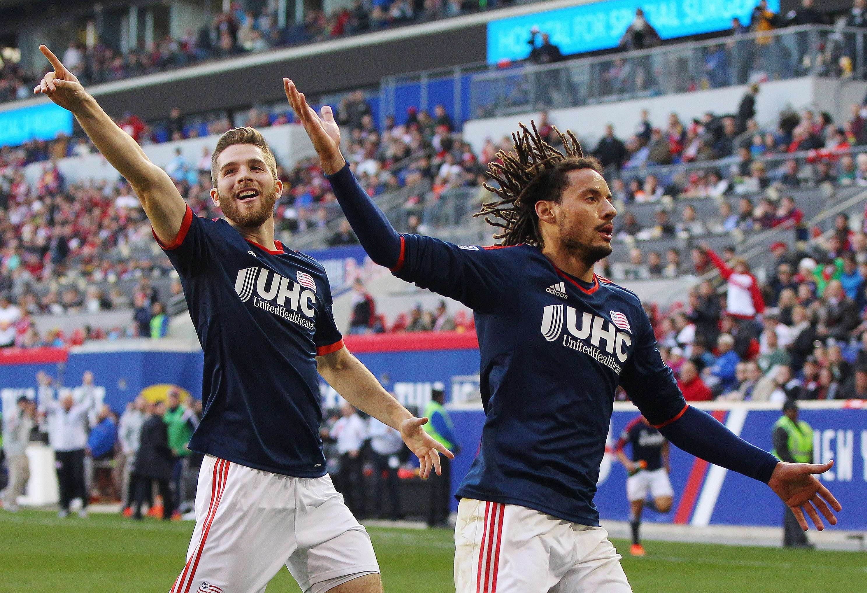 Nov 23, 2014; Harrison, NJ, USA; New England Revolution midfielder Jermaine Jones (13) (right) and forward Patrick Mullins (7) react after Jones scored the game-winning goal in the 85th minute against the New York Red Bulls during the Eastern Conference Championship at Red Bull Arena. The Revolution defeated the Red Bulls 2-1. Mandatory Credit: Andy Marlin-USA TODAY Sports Foto: Andy Marlin/USA Today Sports