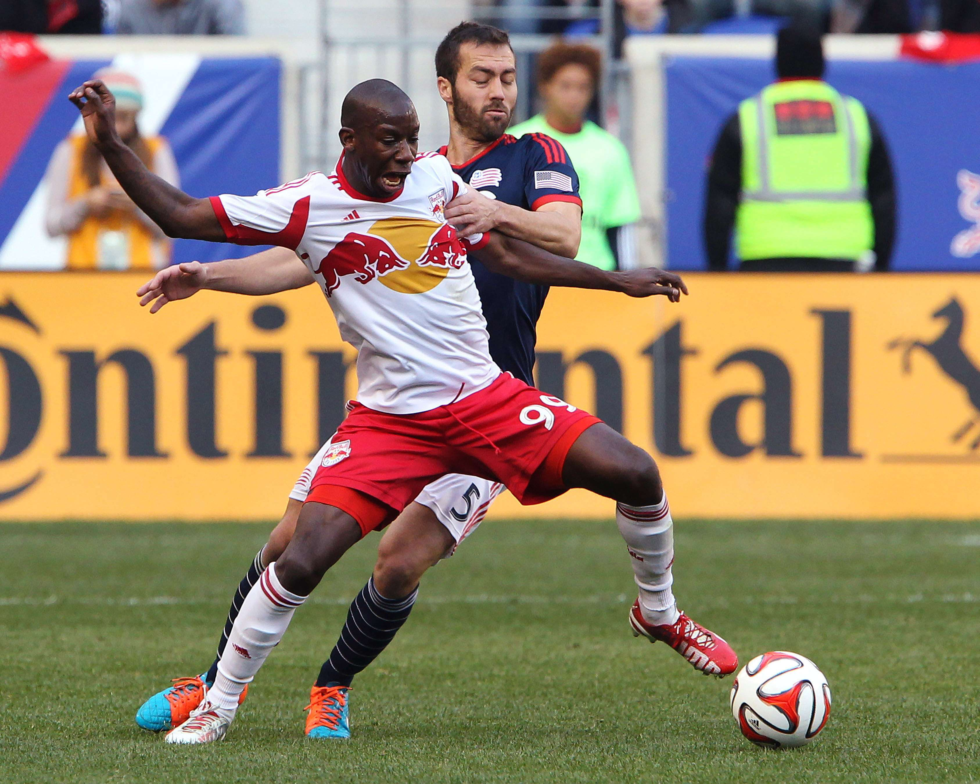 Nov 23, 2014; Harrison, NJ, USA; New England Revolution defender A.J. Soares (5) defends against New York Red Bulls forward Bradley Wright-Phillips (99) during the first half of the Eastern Conference Championship at Red Bull Arena. Mandatory Credit: Noah K. Murray-USA TODAY Sports Foto: Noah K. Murray/USA Today Sports