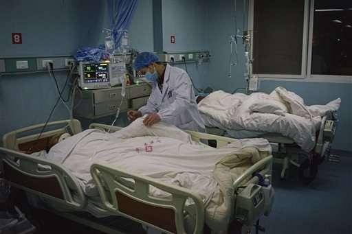 Médicos atienden a las decenas de heridos que dejó como resultado el sismo al oeste chino. Foto: AP en español