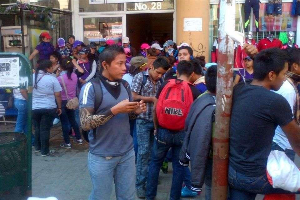 Los manifestantes arribaron a las 11:30 horas a las cabinas de las radios ABC y Radio Capital y casi dos horas después los normalistas abandonaron las instalaciones Foto: Jesús Guerrero/Reforma