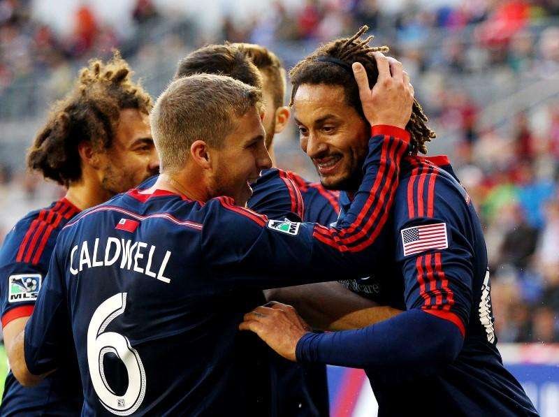 Nov 23, 2014; Harrison, NJ, USA; New England Revolution midfielder Jermaine Jones (13) (right) is congratulated by midfielder Scott Caldwell (6) after scoring the game-winning goal in the 85th minute against the New York Red Bulls during the Eastern Conference Championship at Red Bull Arena. The Revolution defeated the Red Bulls 2-1. Mandatory Credit: Andy Marlin-USA TODAY Sports. Foto: Reuters