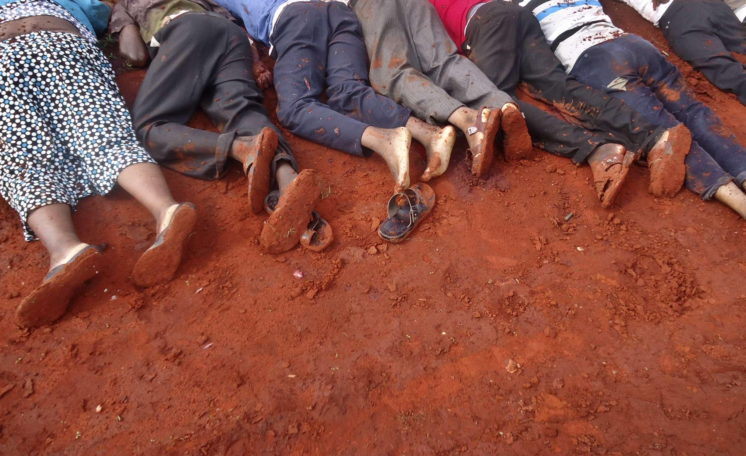 Cuerpos de los kenianos asesinados durante un ataque a un autobús cerca de la ciudad de Mandera en Kenia por milicias islámicas Al-Shabaab, el 22 de noviembre de 2014. Foto: AP en español