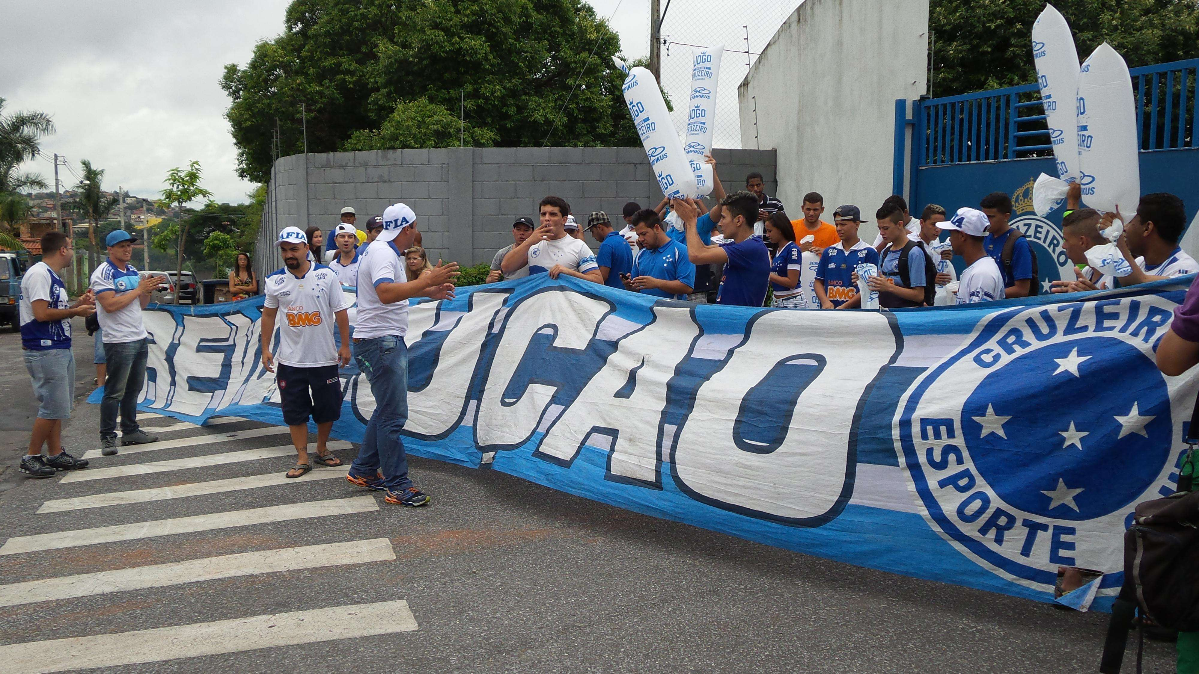 Torcedores do Cruzeiro atrasaram e não conseguiram fazer a festa que pretendiam Foto: André Reis/Terra
