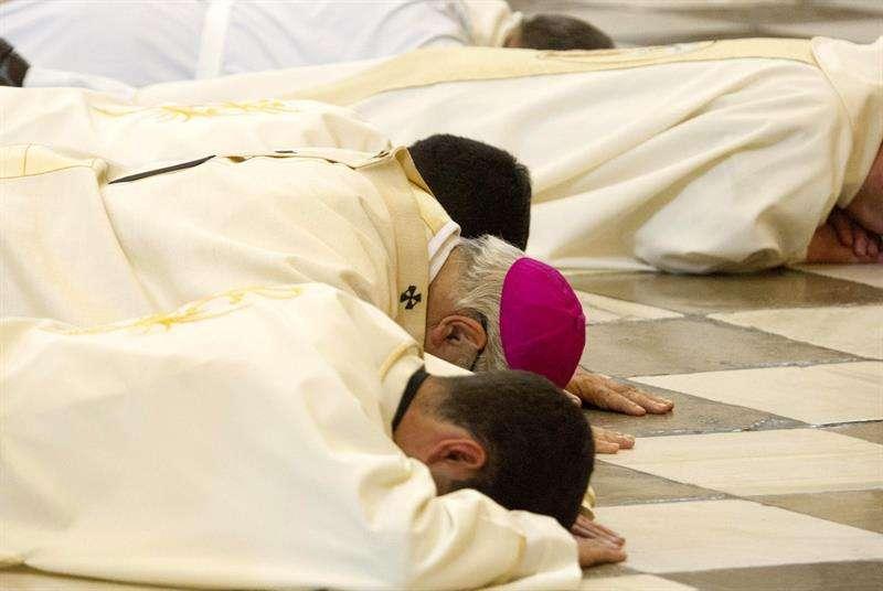 """El arzobispo de Granada, Francisco Javier Martínez, se postró ante el altar mayor de la Catedral de Granada para pedir perdón por los """"escándalos"""" que han afectado a la Iglesia Foto: EFE en español"""