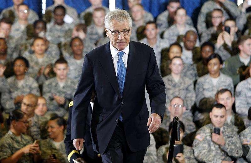 Fotografía de archivo fechada el 17 de septiembre de 2014 del secretario de Defensa estadounidense, Chuck Hagel, después de hablar sobre la campaña militar estadounidense contra el Estado Islámico (EI) durante su visita a la base aérea MacDill en Tampa (Florida, Estados Unidos) Foto: Efe